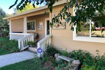 ✨This Absolutely Beautiful  HOUSE Sits Proudly in the HEART of Redding ;) All The conveniences of Home- Everything you could want at your fingertips. All the COMFORTS of a Hotel- Luxury Bedding, Spa Robes and Slippers, and Complimentary toiletries ;)