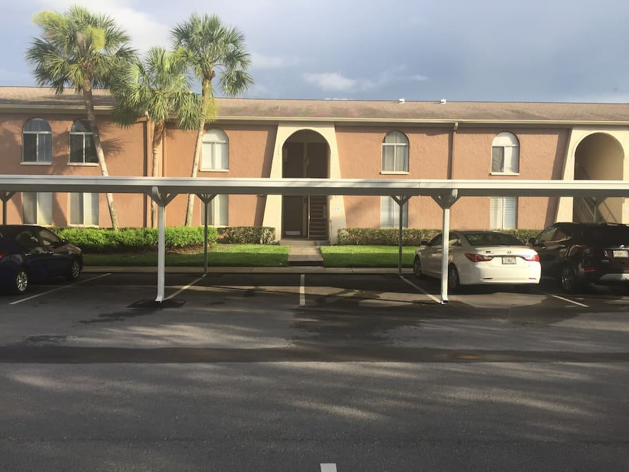 Condo only minutes away from Tampa Airport, St Pete/Clearwater airport, downtown Tampa and downtown St Pete, Gulfport beaches, Hard Rock casino, The Bucs, Lightings and Rays home fields is only 15mins away.