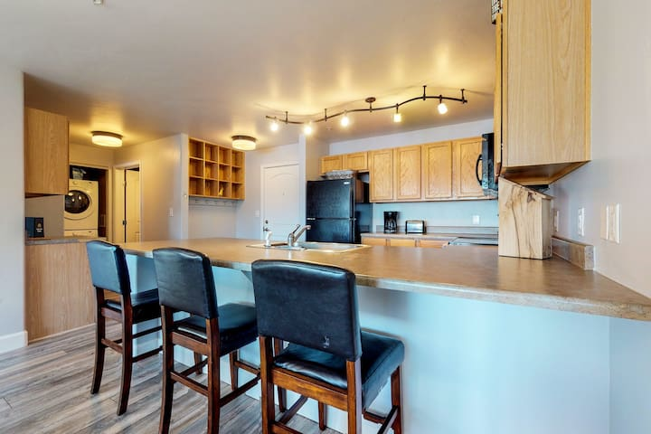 On the slopes condo with year-round pool, hot tubs & more!