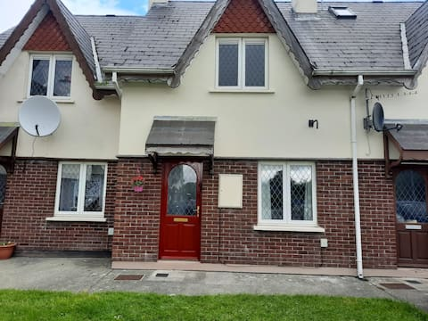 2 bedroom house. Town centre with Free Parking