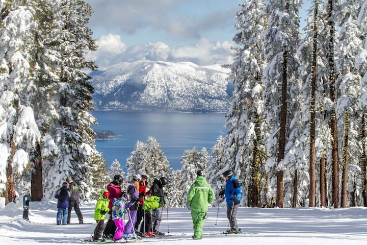 Fresh snow ski board tucked away in tahoe for Noleggio di cabine lake tahoe per coppie