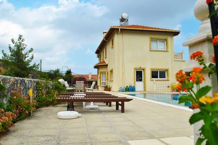 KB470 - 4 Bdr Villa with private pool in hillside - Alsancak - 別荘