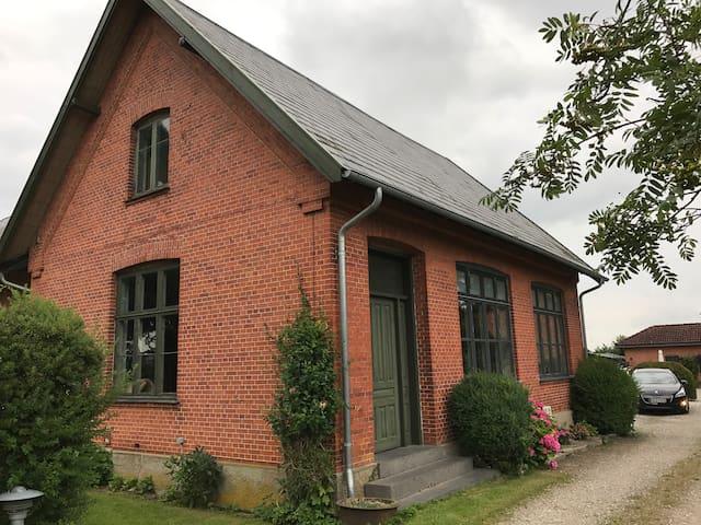 Idyllisk tæt på Gavnø i Appenæs gamle skole