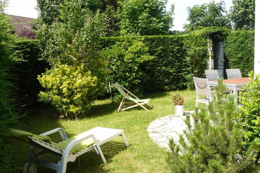 Jardin privatif très bien exposé et ainsi  ensoleillé de 9 h à 21 h.