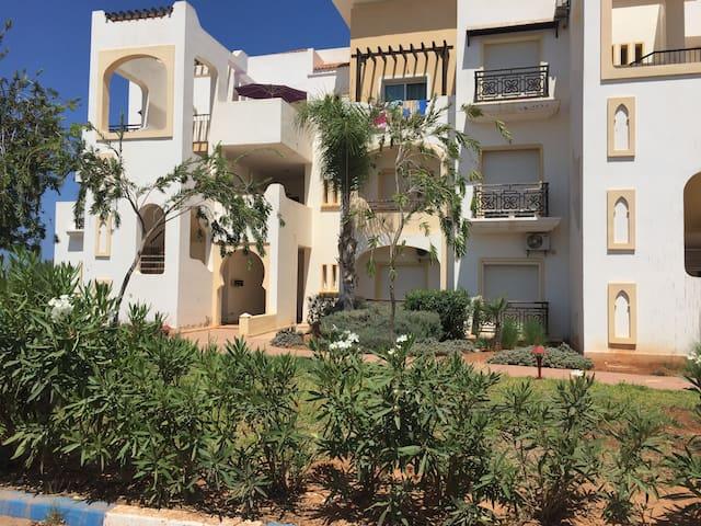 La résidence, l'immeuble où se trouve l'appartement au rêve de jardin à droite.