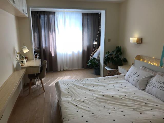明亮的大卧室