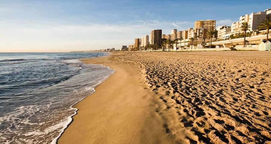 Disfruta de la playa de Muchavista a tan sólo 15 min en coche del alojamiento.