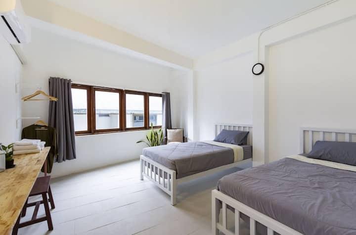 Room B: 2 Single beds, 2 min walk to Thapae Gate