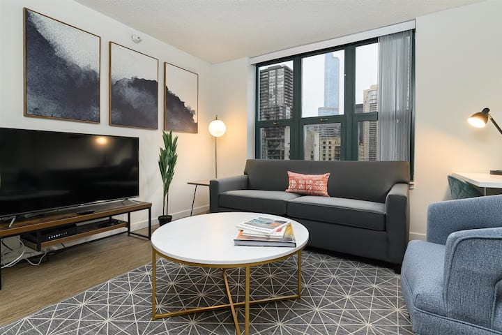 Kasa Chicago | King-Bed Studio + Kitchen, WFH Ready | River North