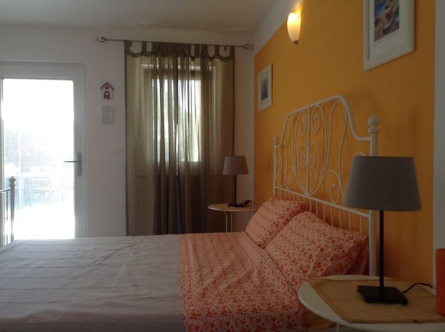 QUIET TRIPLE ROOM IN VILLA WITH SWIMMING POOL