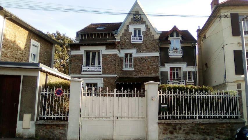 Notre maison et son portail blanc