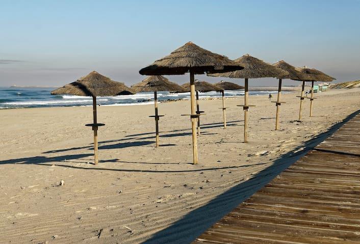 A praia mesmo em frente (3 passos) / The beach right there (3 steps)