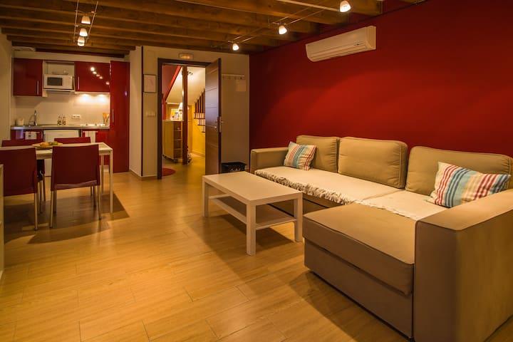 Disponemos de 2 Lofts en La Factoría:  Salón con sofá cama doble-comedor -cocina Cuarto de baño Dormitorio con cama de matrimonio Los 2 Lofts poseen una capacidad máxima para 4 personas (utilizando el sofá cama doble)