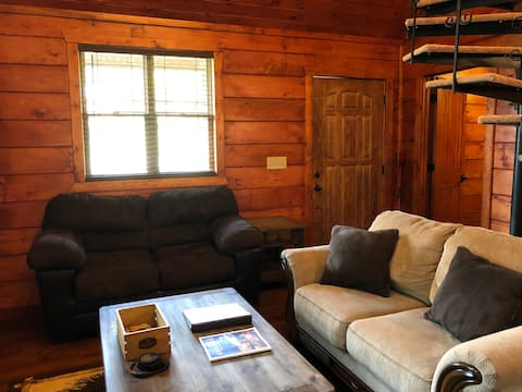 Papa Bear Cabin-New Listing-2 Bed-on the Pig Trail