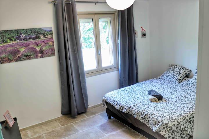 Chambres lit king size donnant sur le jardin vue sur la campagne les champs de blés de lavandes