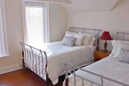 Applewood House B&B  -  Cortland Room