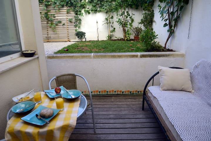 light & spacious flat with a patio, Lisbon - Lisbon - Apartment