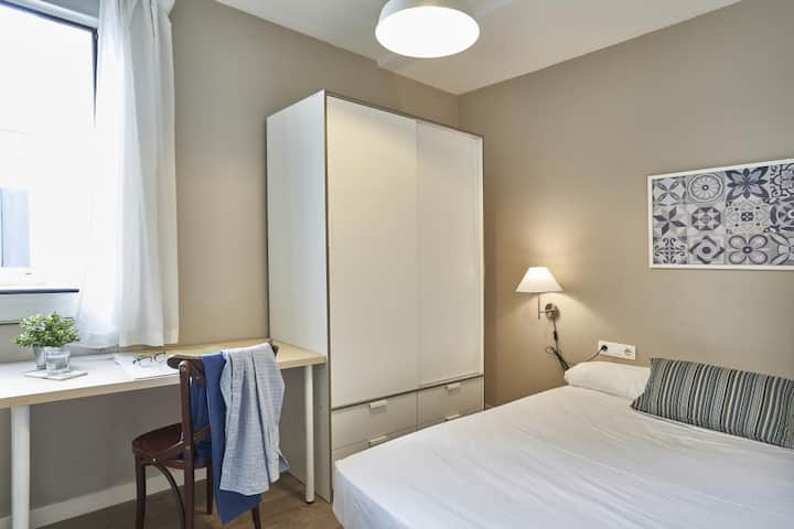 Cosy room in Eixample-amazin flat