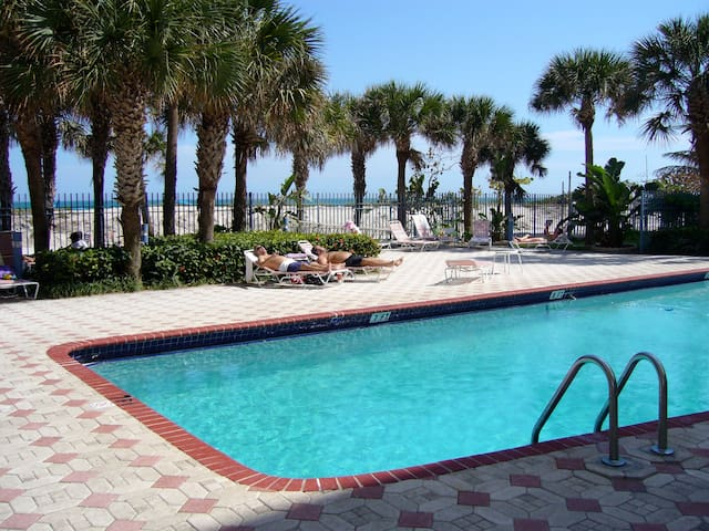 OCEANFRONT 1 BDRM CONDO & FREE PARKING!