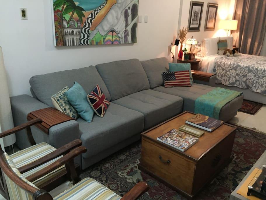 Detalhe sofá super confortável na suíte, 3 m de comprimento. Ele abre, acomoda 2 pessoas confortavelmente. (área privada)