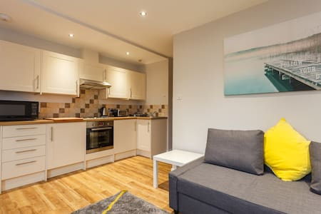 2 Bed Modern Sea Road Apartment - Bournemouth  - Lakás