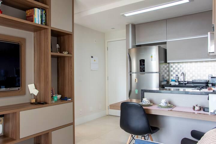 Cozinha completa com mesa na altura padrão para melhor conforto na hora das refeições.