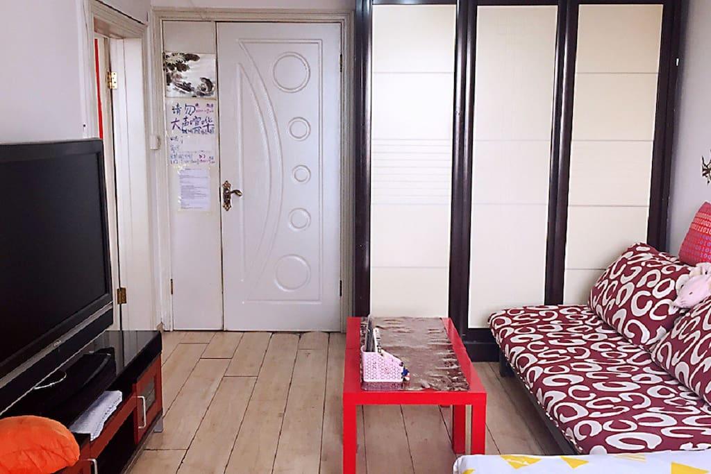 客厅照3-全景-宜家拉克茶几超轻且易收纳,方便双人沙发床展开时的空间置换。