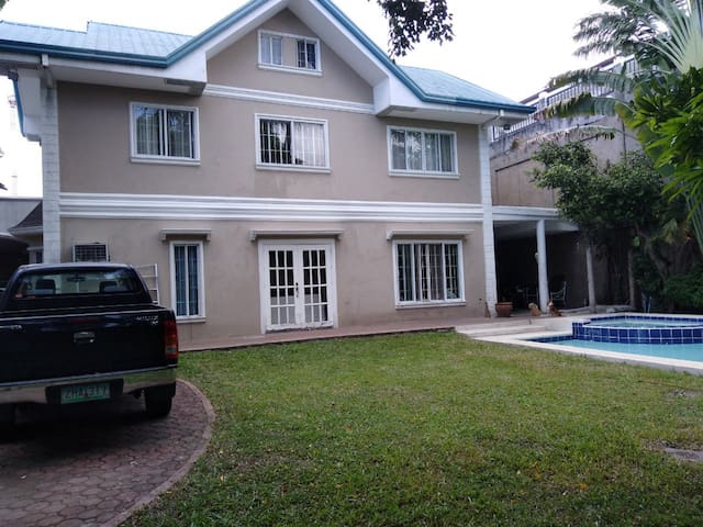 Big yard with pool and jacuzzi and driveway for 2 cars