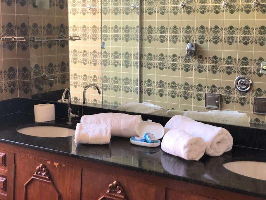 Banheiro com duas pias em marmore