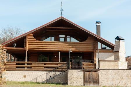 Деревянный дом-шале возле реки Колпь
