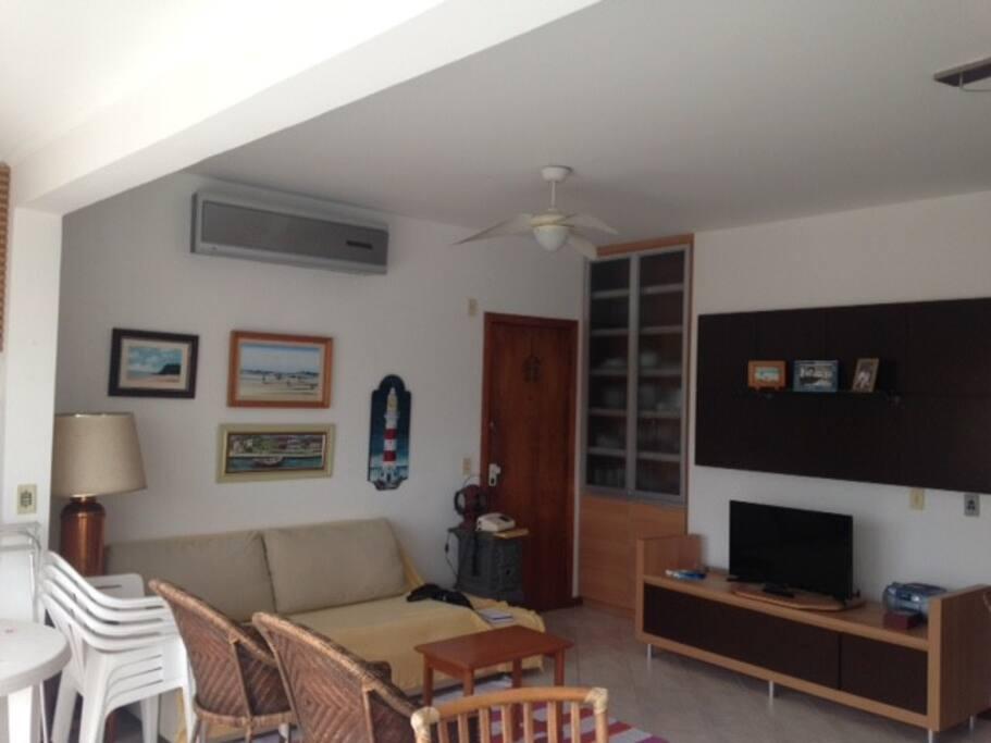 Sala com sofá cama e TV