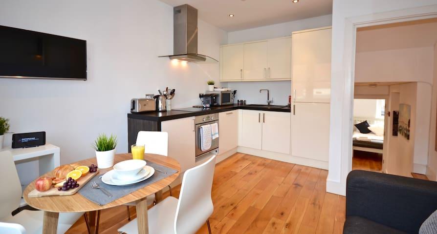 Sapphire Suite, Thrive Apartments, Super Location!
