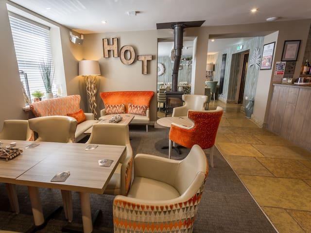 Lounge / Front Bar