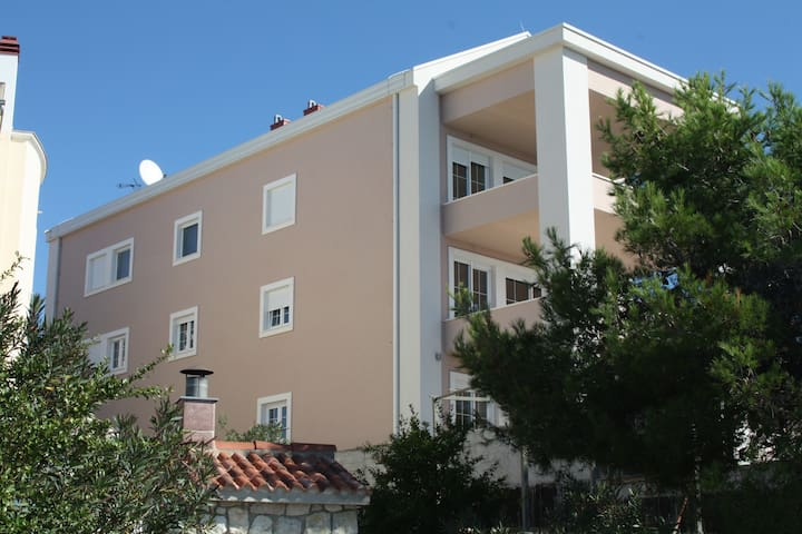 Seaside large apartment with pool and terrace - Brodarica - Apartment