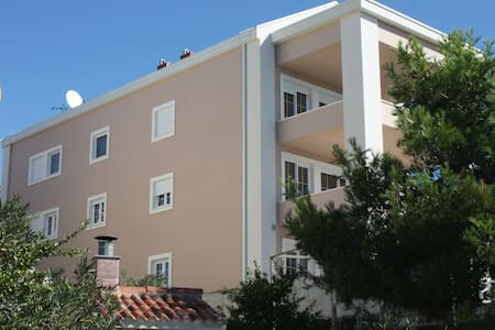 Seaside large apartment with pool and terrace - Brodarica
