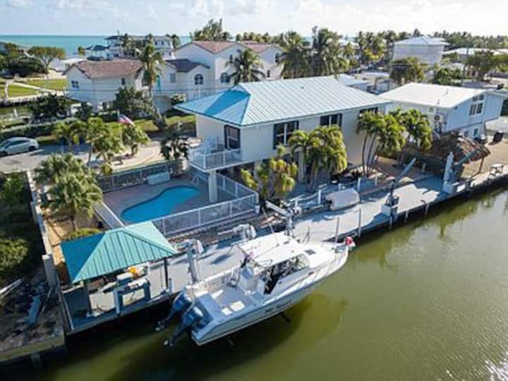 Tropical Getaway 3/3 with 100' boat dock and pool