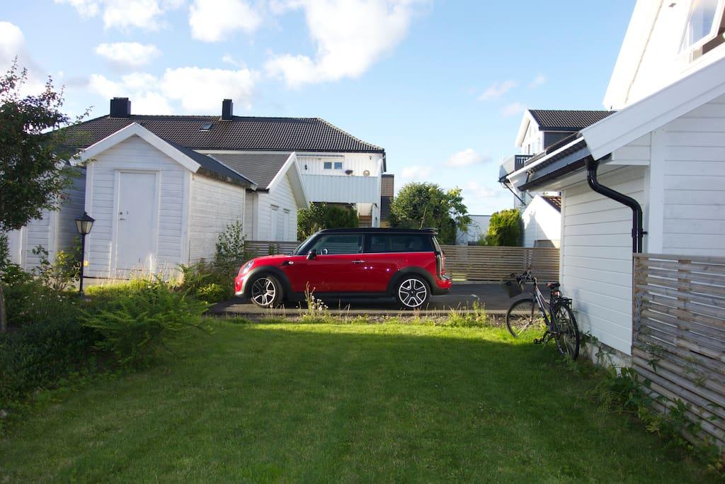 Egen parkering. Kan låne ekstra parkeringsplass av naboen direkte ved siden ved behov.