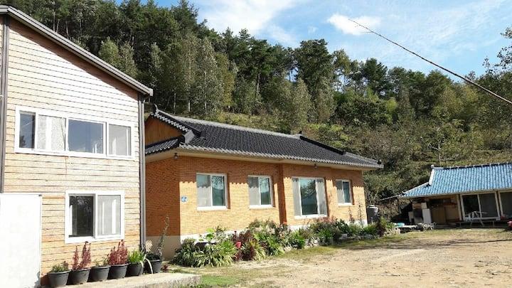청학이골민박 전원주택(건평30평신축)중 안방만 사용제한(침구창고),  그외 공간 모두 사용