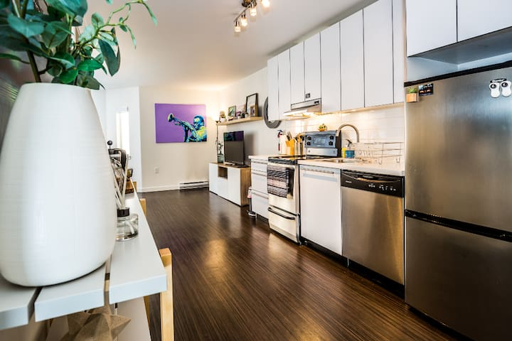 Cozy 1 Bedroom Condo in Vibrant Gastown