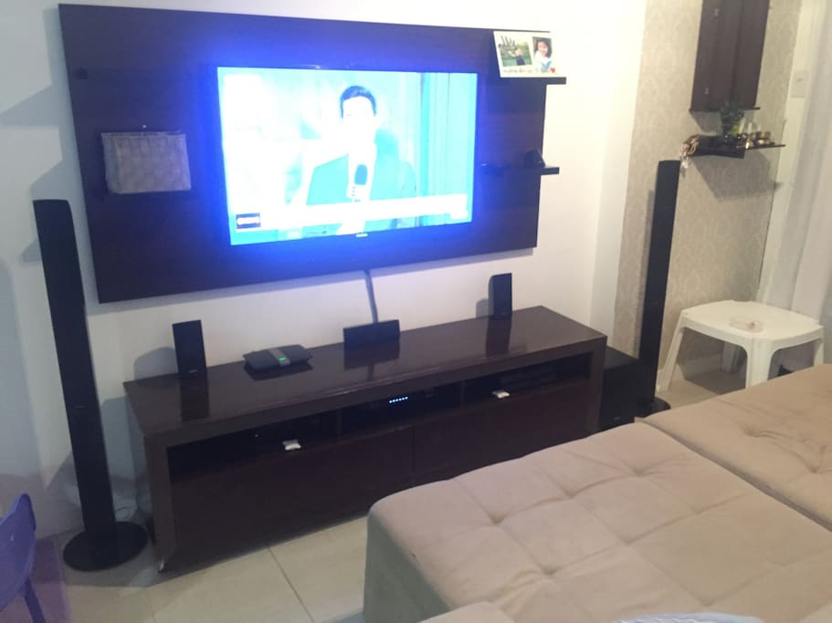 "TV 46"" com home theater, wifi, internet 30 Mb, TV a cabo TOP HD."