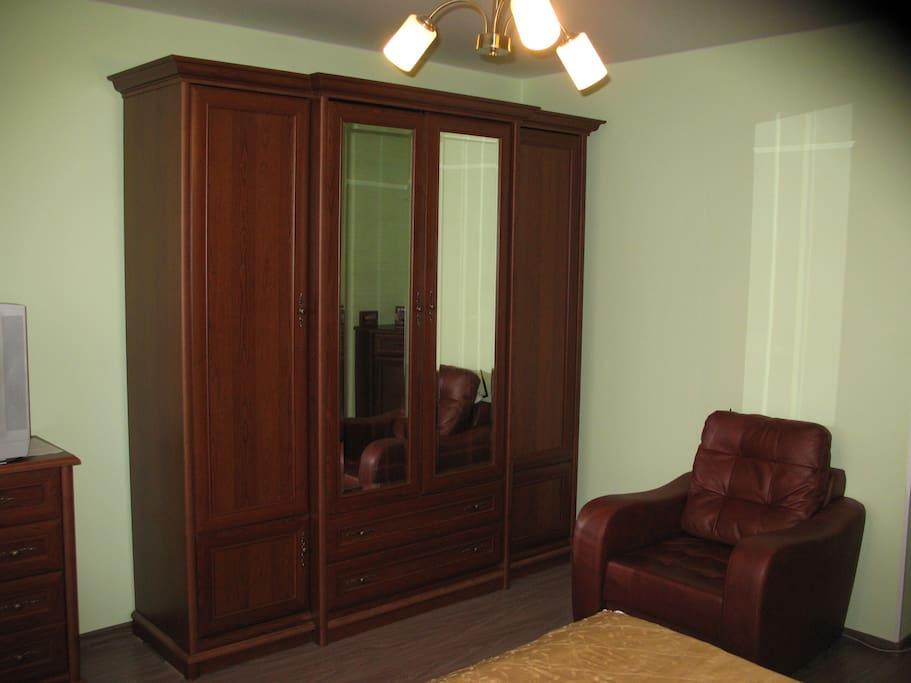 комната,шкаф и кресло