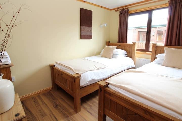 Luxury 4 bed bay view cabin - sleeps 9 people