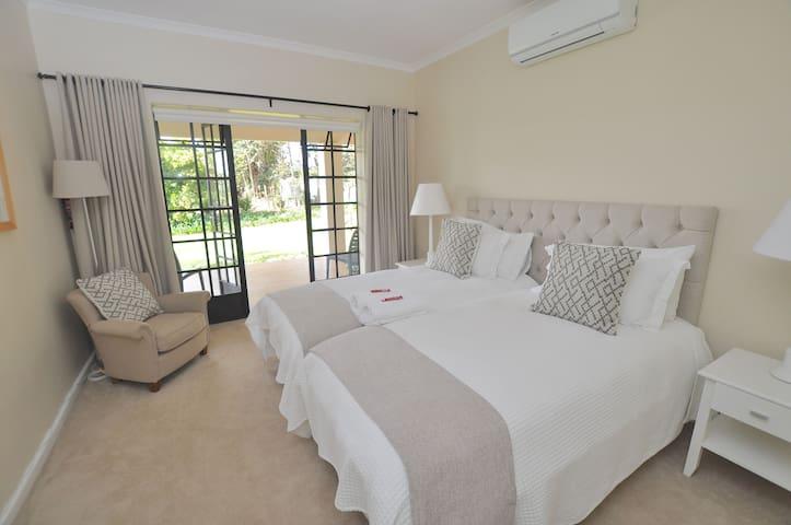 Elgin Country Lodge Deluxe Twin Bedroom 4