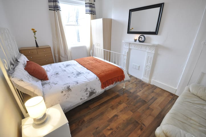 (4BFORD-3)PRIVATE ROOM FOR 2 CLOSE TO TOWER BRIDGE