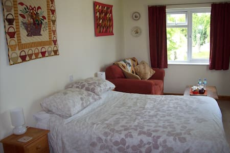 Bed and breakfast in a quiet country village. - Bodmin