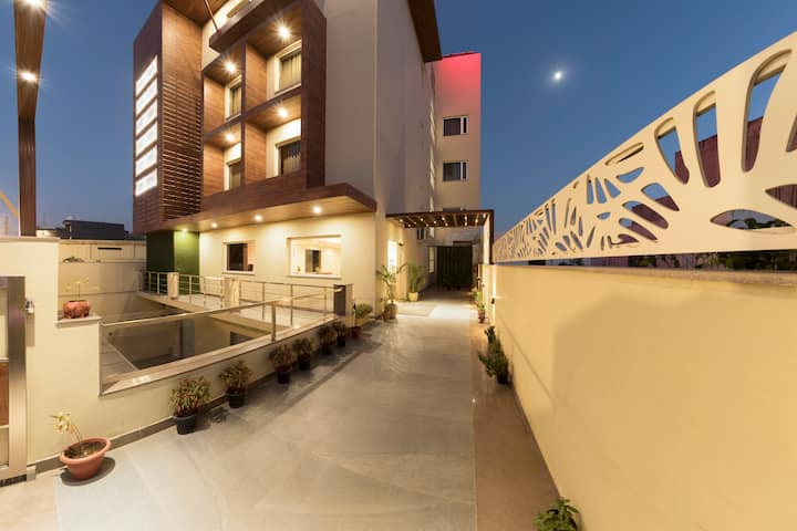 Luxurious & Hygienic stay near Medanta / Medicity