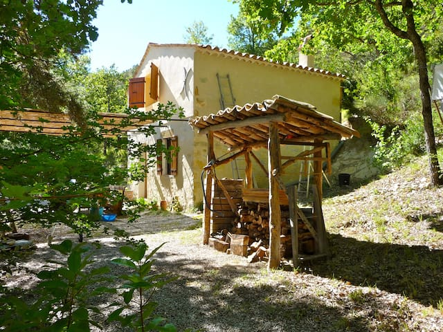 "Provencal ""cabanon"" in the heart of nature"