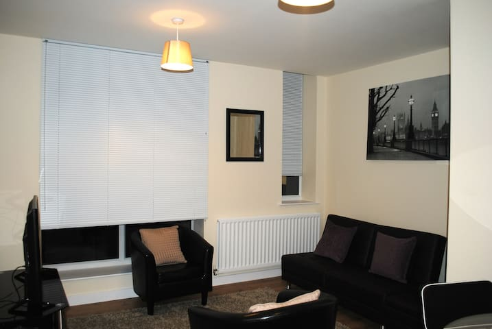 Golden Heights 5, Maidstone - Maidstone - Apartment