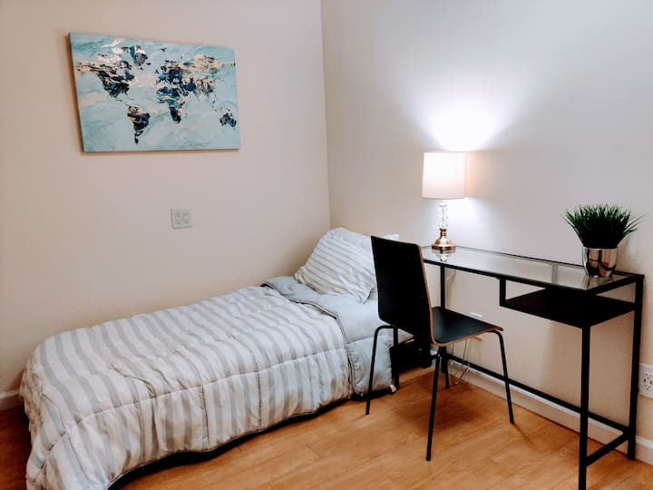 Business-friendly room w/Fast Wifi, near Shops (F)