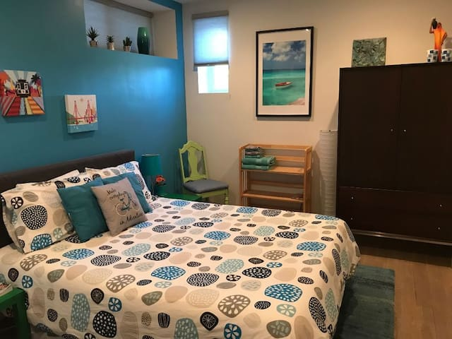 Nicely remodeled room, free parking in Bernal